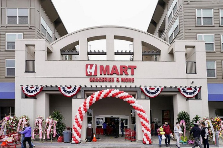 Front view of H Mart groceries store